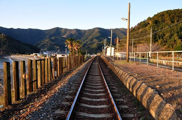 4 海辺の無人駅であるものを待っちょる! おっと~~~~  海辺の無人駅(JR安和駅)・・・。
